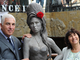 mitch-et-janice-winehouse-et-la-statue-d-amy-winehouse